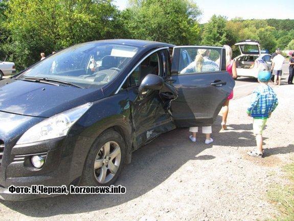 В Ужгороде «Вольво» протаранил авто с маленькими детьми