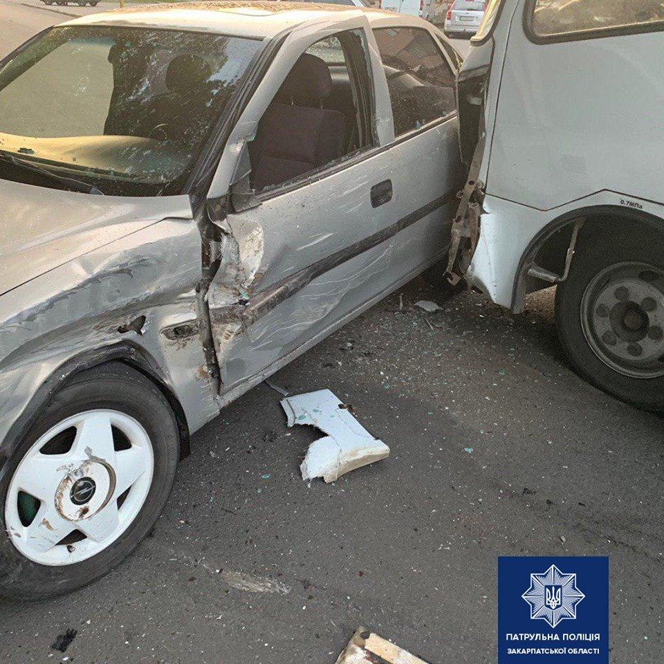 """В Закарпатье водитель """"Opel"""" устроил аварию на дороге"""