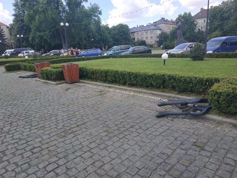 """В Ужгороде на одной из главных площадей """"исчезла"""" половина скамеек"""