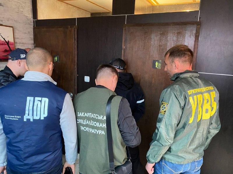 18 тысяч долларов взятки: В Закарпатье продажного пограничника арестовали прямо в туалете кафе