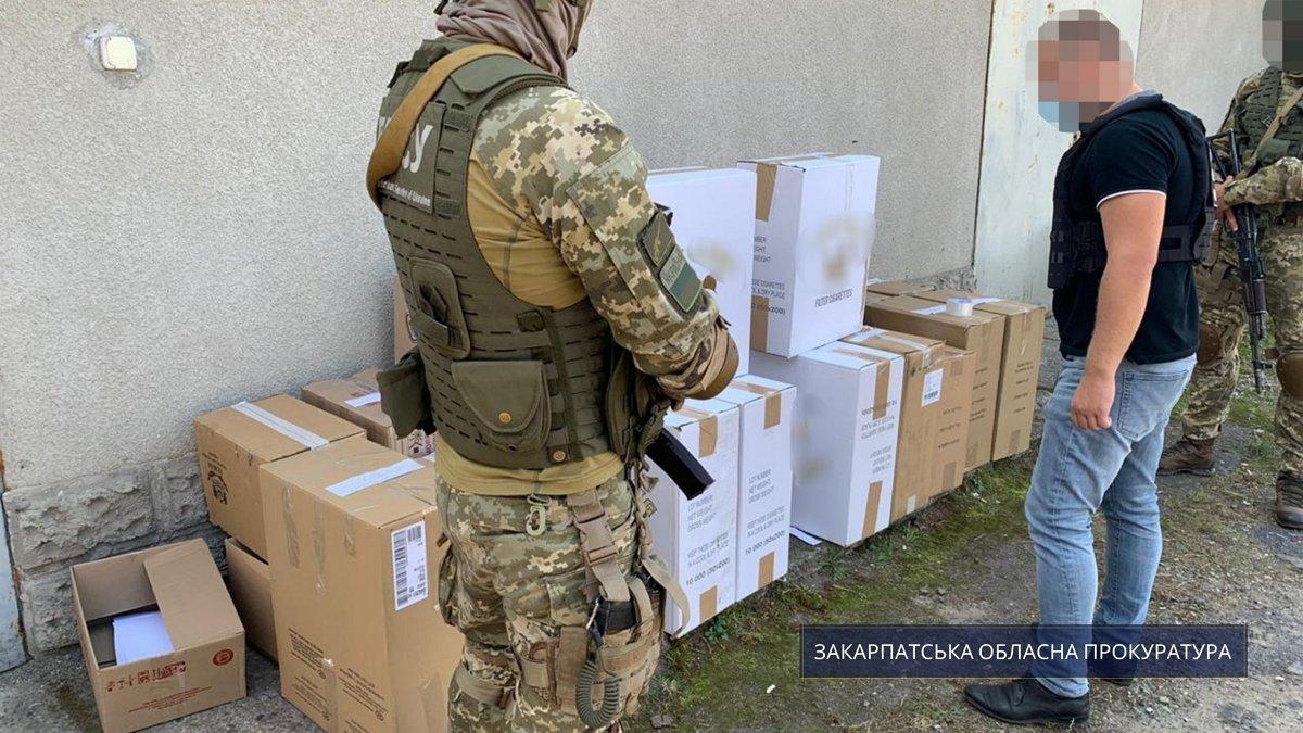 """У Берегово спецпризначенці """"взяли"""" склад із контрабандними цигарками, готовими до """"відправки"""" до Євросоюзу"""