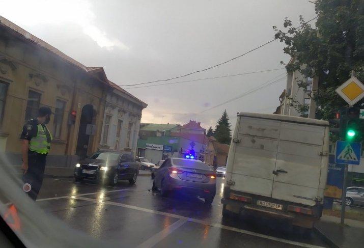 """Автівки не змогли """"мирно розійтися"""" у дощовому Ужгороді"""
