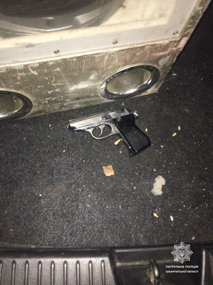 В Закарпатье неадекваты стреляли из пистолета просто на улице