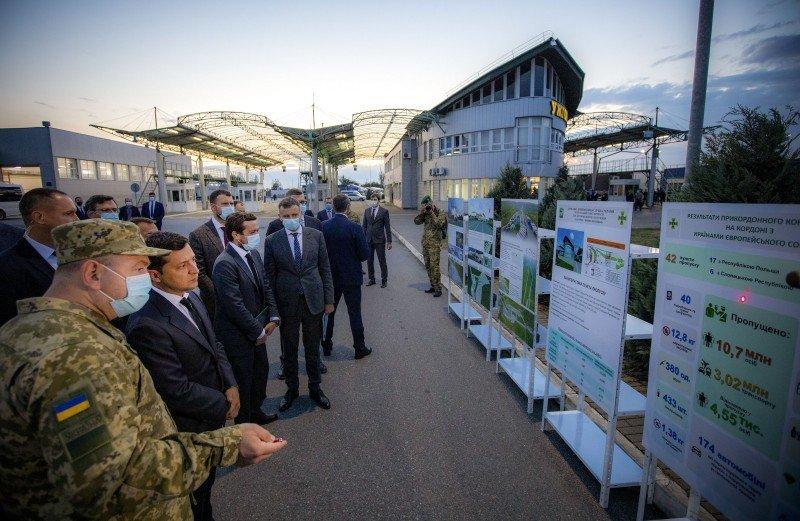 Ситуацію на кордоні Закарпаття зі Словаччиною Зеленський назвав неприпустимою