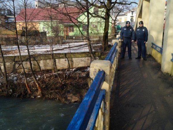 Закарпатские полицейские не дали женщине покончить с собой