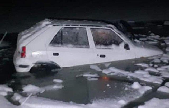 Жесткое ДТП в Словакии: Škoda Felícia снесло с трассы, машина ушла под лед