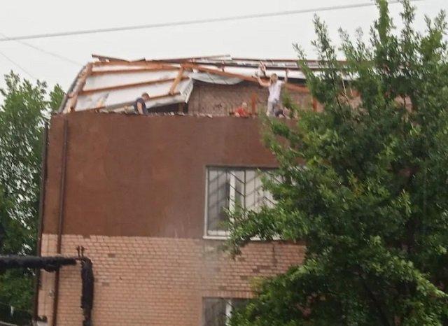 Ураган сорвал крышу суда в Первомайске и разнес по городу множество документов