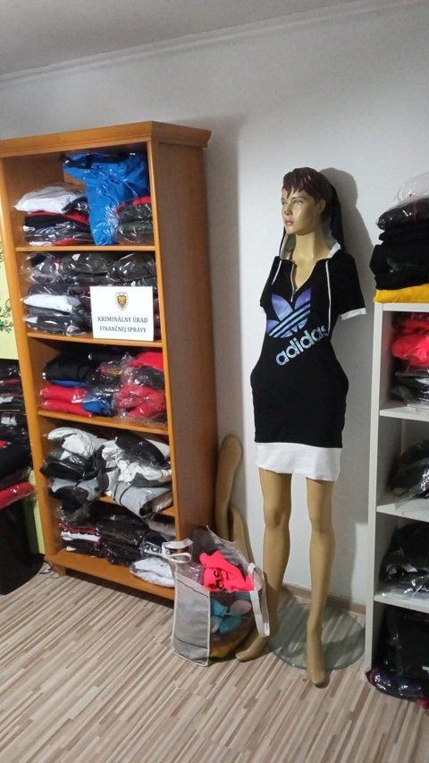 В Вранове над Топльоу в частном доме нашли огромное количество текстиля мировых брендов.
