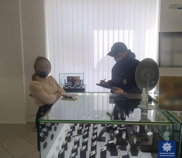 """В областном центре Закарпатья патрульные наведалась с """"карантинным"""" рейдом в магазины"""
