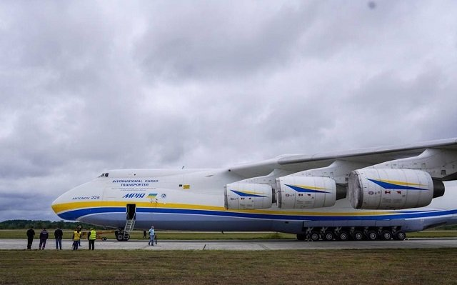 Восемь самых сильных стронгменов Украины перетащили крупнейший самолет советского производства АН-225 «Мрія».