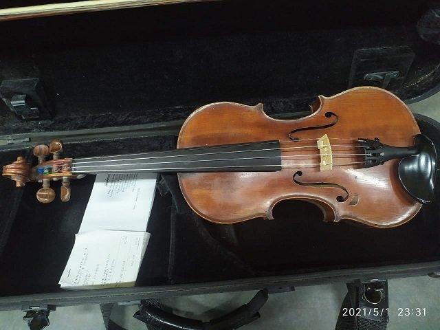 В Закарпатье на границе таможенники поймали иностранца со скрипкой столетней давности.