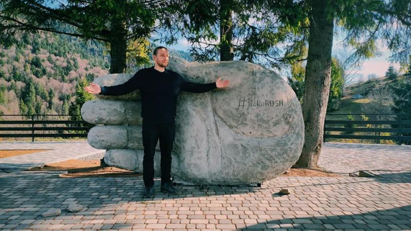 В Закарпатье гигантская ладонь зацепила внимание сотен туристов