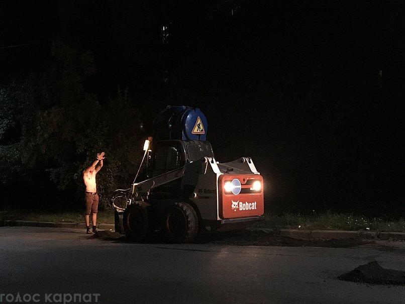 Ужгородські дорожники вночі кладуть асфальт