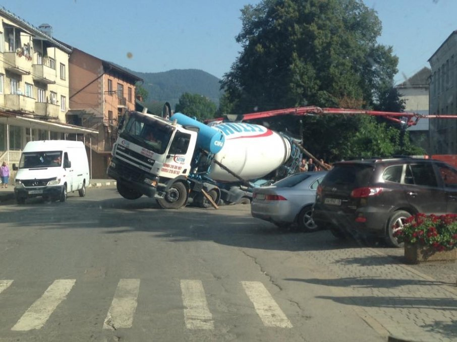 Закарпатський автомобіль-міксер провалився в яму