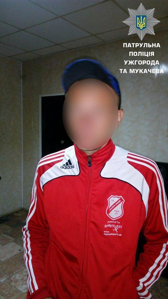 В Ужгороді чоловік на велосипеді з пилососом втікав від патрульних