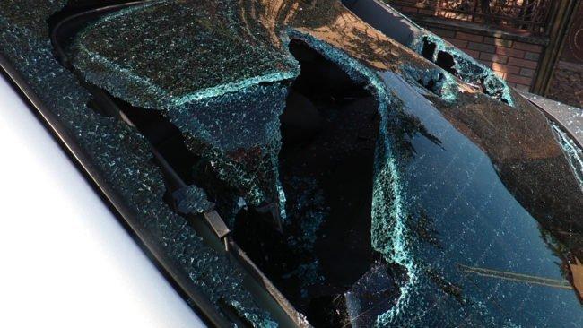 На машині розбиті вікна, фари, відламані дзеркала.