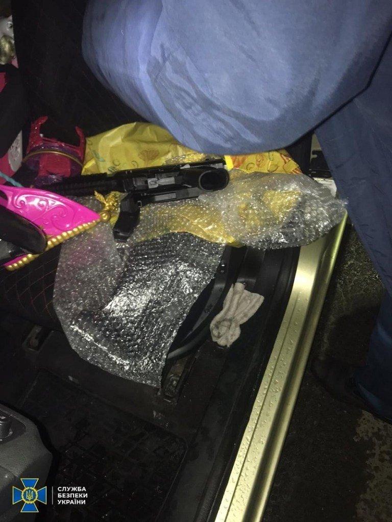 Кордони Закарпаття. Закордонний гість сховав зброю у дитячих іграшках