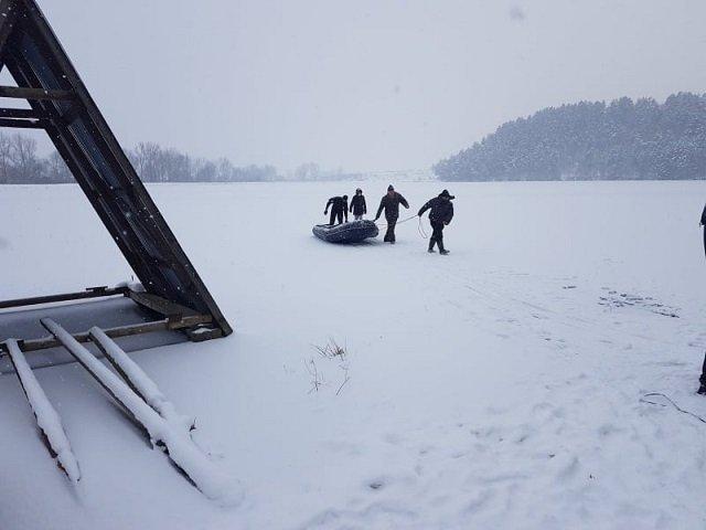 Тревогу забили друзья: В Закарпатье спасатели извлекли из воды утопленника