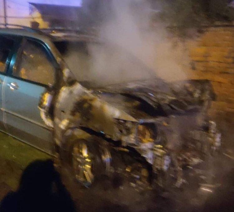 """Ночной город в Закарпатье осветил """"огненный автомобиль"""", подожженый двумя неизвестными"""