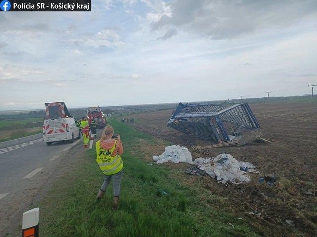 В Словакии пьяный украинец на фуре вылетел на обочину и перевернулся