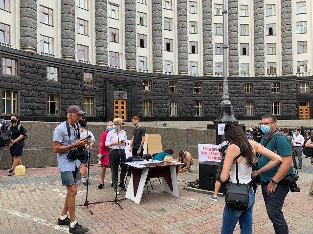 Певцы и представители шоу-бизнеса вышли под Кабмин на акцию протеста