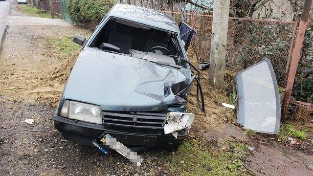 Что-то пошло не так: В Закарпатье водитель ВАЗа врезался в электроопору