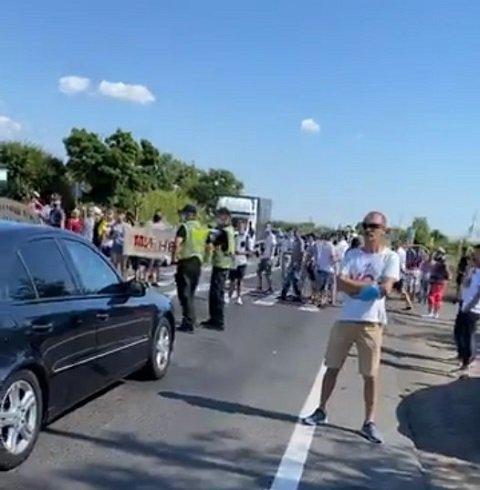 Трассу Киев — Чоп в Закарпатье заблокировали митингующие, в пробке стоят десятки авто