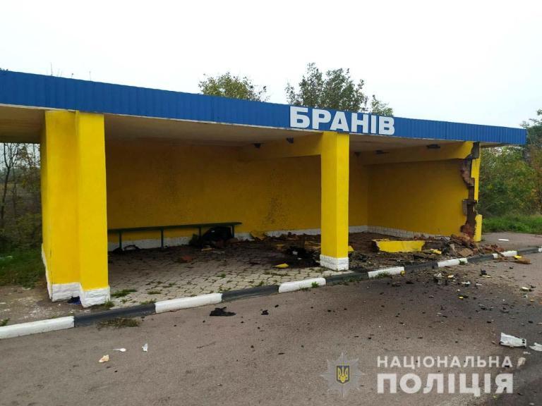"""На трасі """"Чоп-Київ""""легковик на шаленій швидкості врізався в автобусну зупинку!"""
