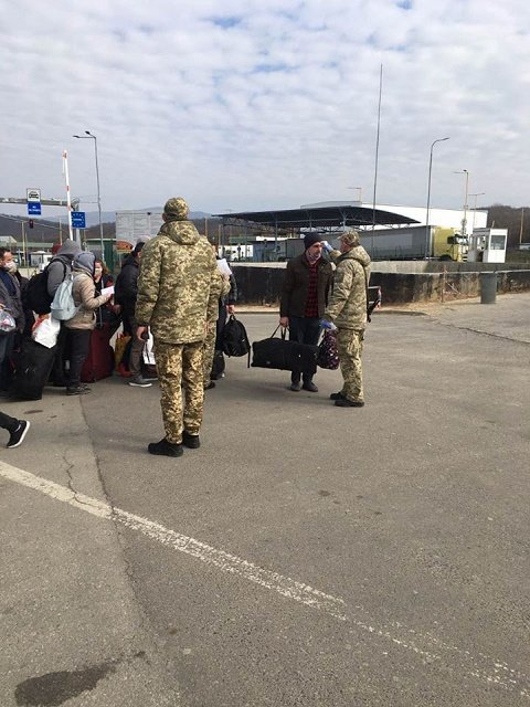 Пограничники помогают украинцам, которые пешком возвращаются из Словакии и Венгрии
