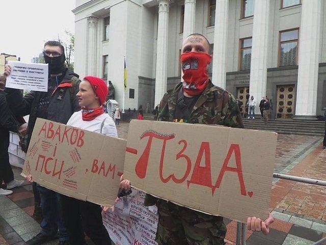 Националисты на акции под Радой жгут файера и устроили перформанс с «милицейским бусиком»