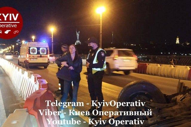 В Киеве дама в пьяном угаре на Nissan устроила неординарное ДТП с переворотом