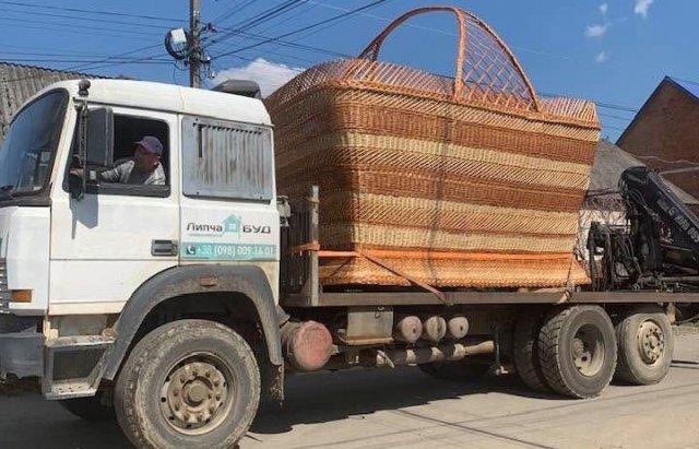 Корзина-гигант в Закарпатье: Для транспортировки понадобился грузовик