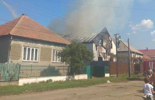 Около Мукачево беспощадный огонь перекинулся с дома цыган на соседнюю крышу