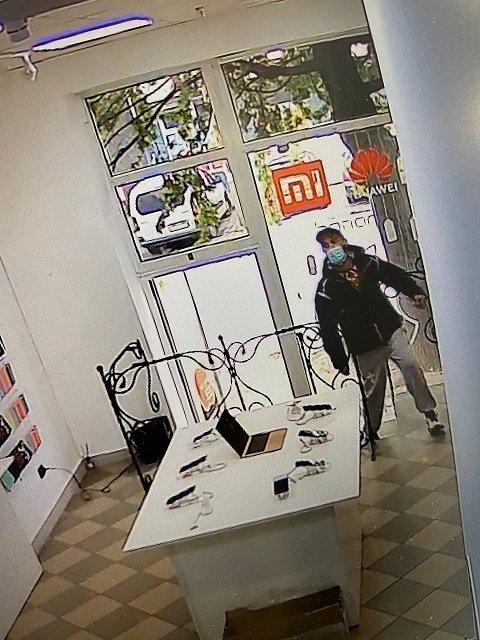 Дерзкая кража произошла в магазине мобильных гаджетов в центре Ужгорода.