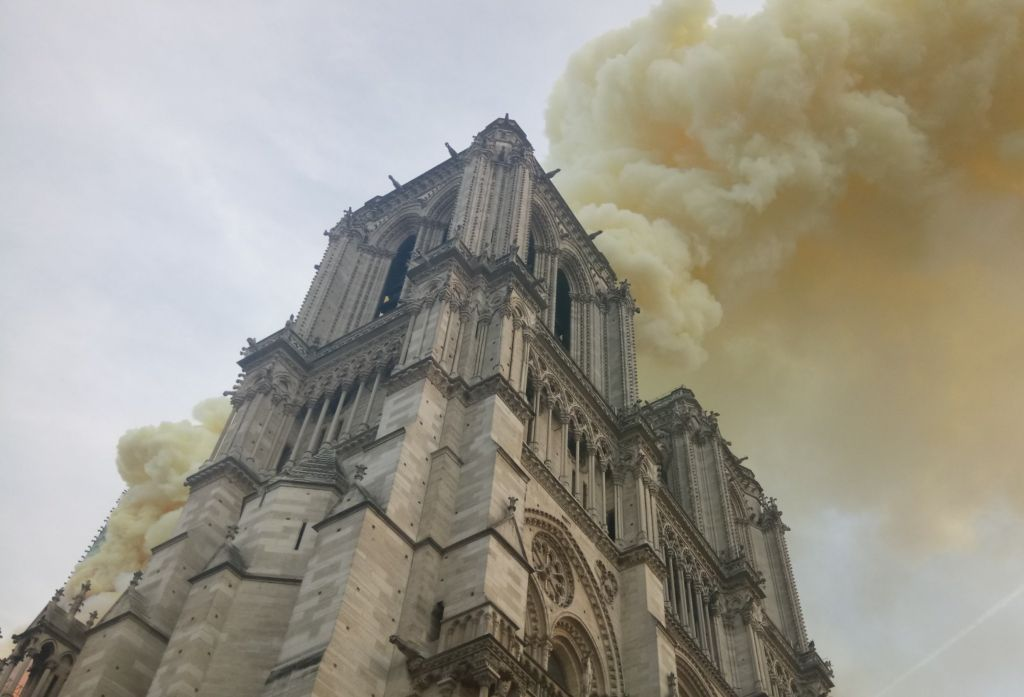 В соборе Нотр-Дам-де-Пари вспыхнул пожар