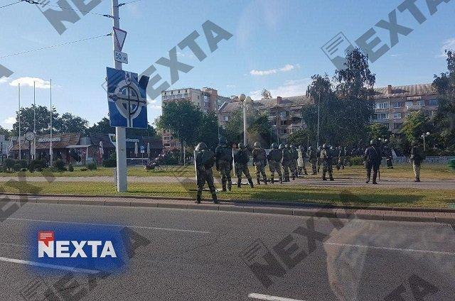 Новые задержания и военная техника: Третий вечер протестов в Минске