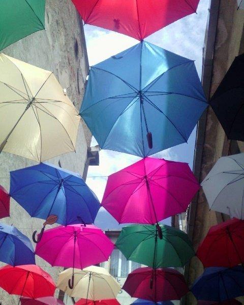 """В областной центр Закарпатья возвращается """"парящая"""" аллея зонтов"""