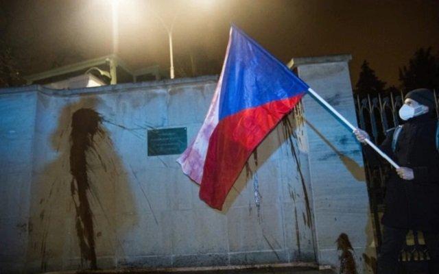 В Чехии стены российского консульства в Брно испортили кетчупом