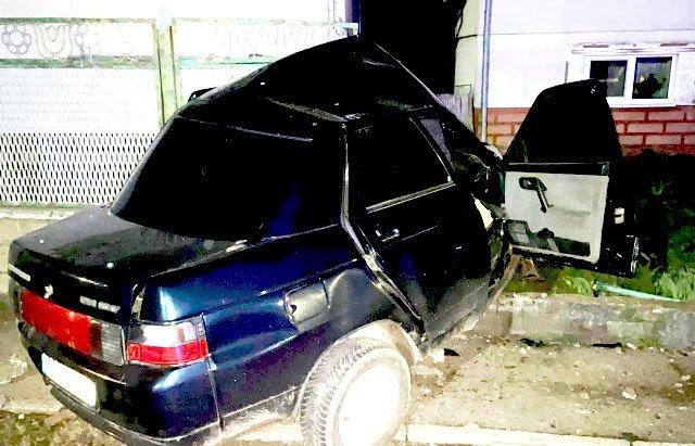 Влетел на полном ходу: В Закарпатье пьяный водитель снес забор, передок всмятку