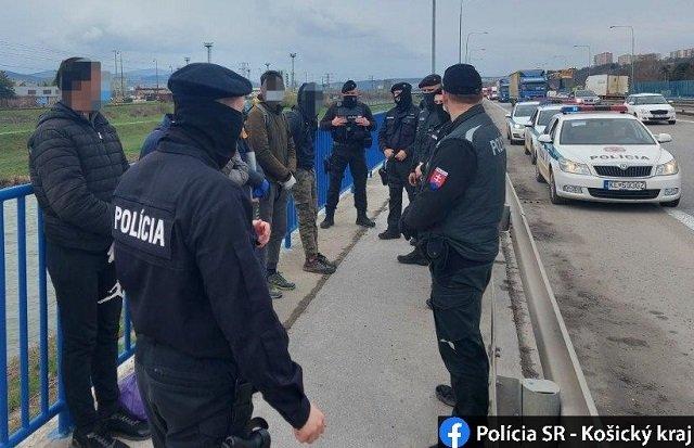 """В Словакии шесть мигрантов, """"сваливших"""" из украинского камиона, быстро поймали"""