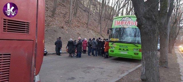 После Вече на Майдане проплаченных людей развезли автобусы