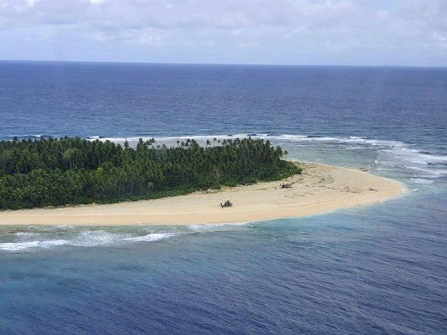 Пропавших моряков спасли с необитаемого острова в Тихом океане благодаря надписи SOS на песке
