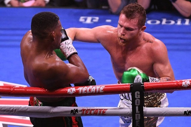 Чемпион мира по версиям WBA и WBC Альварес победил по очкам чемпиона IBF Джейкобса