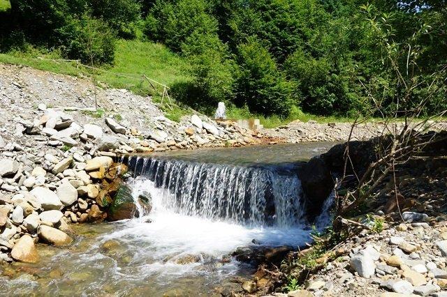 В Закарпатье возле единственного в Украине минерального гейзера обустроили зону для отдыха