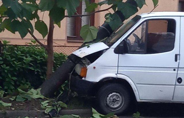 """У Мукачево водій """"мікрика"""" не впорався з кермуванням і врізався в електростовп"""