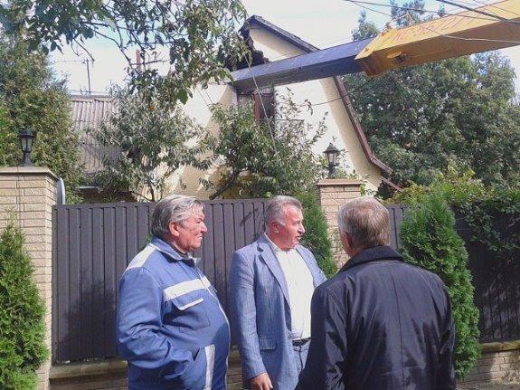 В Киеве автокран упал на крышу частного дома