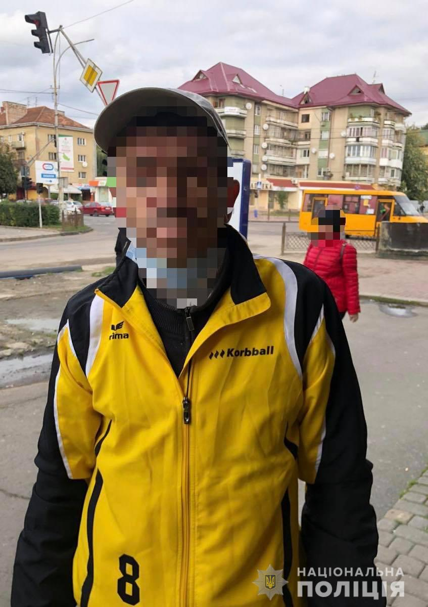 """В Ужгороде посреди улицы полиция задержала горожанина с боевым """"арсеналом"""""""