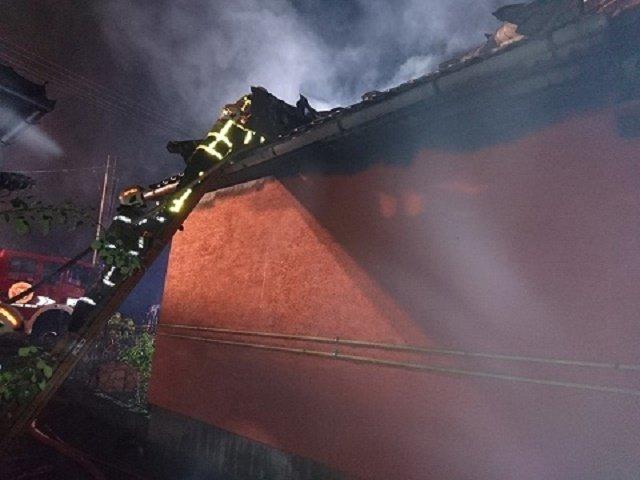 В Берегово огонь уничтожил кровлю жилого дома и авто Renault Kangoo