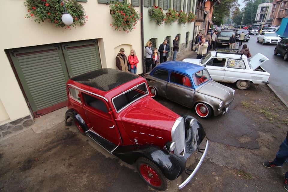 В обласному центрі Закарпаття відкрилася виставка ретро-автомобілів