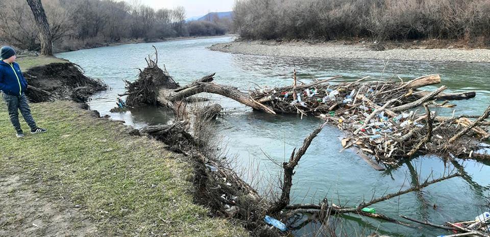 В Закарпатье снег растаял, а русло и берег Ужа остался с мусором